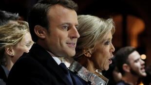 Emmanuel Macron celebra su victoria con su esposa Brigitte Trogneux, en París, el pasado 7 de mayo de 2017.