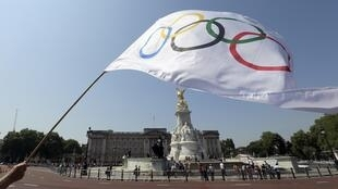 Londres abre oficialmente nesta sexta-feira os Jogos Olímpicos de 2012. Na foto, bandeira olímpica em frente ao Palácio de Buckingham, em Londres.