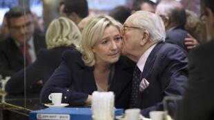 Em imagem do dia 14 de abril, Jean-Marie Le Pen beija a filha e herdeira política.