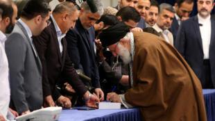 آیتالله خامنه ای به هنگام رأی دادن در انتخابات دوم اسفند ماه