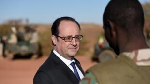 Президент Франсуа Олланд на французской военной базе операции «Бархан» на севере Мали 13 января 2017