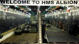 Một số xe quân sự trên HMS Albion, tàu tấn công đổ bộ hàng đầu của Hải quân Hoàng gia Anh, khi tàu đến Harumi Pier ở Tokyo, Nhật Bản ngày 03/08/2018.