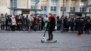 Moradores de Paris são os mais prejudicados pela greve dos transportes públicos na França.