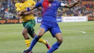 Nando, capitão de Cabo Verde, à luta com Lehlohonolo Majoro (África do Sul).