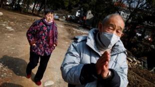 Un hombre frente a un templo Donglin en un pueblo de Jiujian, aislado por el coronavirus, en la provincia china de Jiangxi, el 30 de enero de 2020.