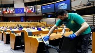 Funcionários do parlamento europeu limpam o plenário antes do fechamento do local devido a pandemia da Covid-19. 19/03/2020.