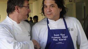 El chef peruano Gastón Acurio con el chef español Andoni Luis Aduriz (iz.), en San Sebastián, España, el 17 de marzo de 2015.