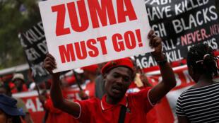 Manifestación en Pretoria el miércoles 2 de noviembre reclamando la renuncia del presidente Jacob Zuma.