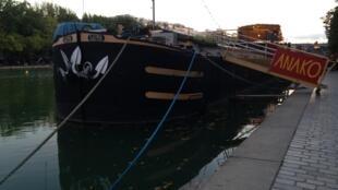 Barco do canal de l'Ourcq que organiza um festival de músicas românticas.