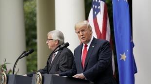 Trong cuộc họp báo chung, Jean -Claude Juncker (trái) và Donald Trump ngày 25/07/2018 : Âu Mỹ, mỗi bên nhìn về một hướng khác nhau !