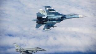 Российский истребитель-бомбардировщик Су-27 рядом с истребителем британских королевских ВВС Тайфун над Балтикой (архив)