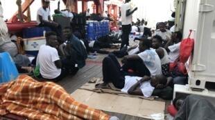 ជនអន្តោប្រវេសន័៍ នៅលើនាវា Ocean Viking របស់អង្គការSOS Mediterranee និង Medecins sans Frontieres (MSF)។ ថ្ងៃទី១៣ សីហា ២០១៩