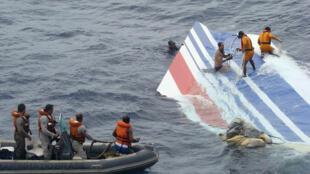 Resgate de pedaços da carcaça do Airbus da Air France no oceano Atlântico, no dia 8 de junho de 2009.