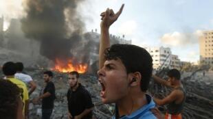 ជនប៉ាឡេស្ទីបញ្ចេញសម្រែកក្រោយការវាយប្រហារផ្លូវអាកាសលើសាលារៀនអ.ស.ប.នៅហ្កាហ្សាans la bande de Gaza, le jeudi 24 juillet 2014.