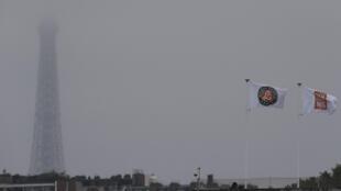 Флаги Центрального корта в пелене дождя на фоне Эйфелевой башни