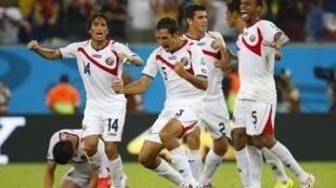 Jogadores da Costa Rica comemoram classificação para as quartas de final da Copa do Mundo.