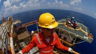 Một công nhân của công ty Rosneft Vietnam tại khu mỏ Lan Tây ở ngoài khơi Vũng Tàu (Việt Nam) trên Biển Đông. Ảnh tư liệu chụp ngày 29/04/2018.
