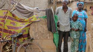 Adoura Téné, villageois dogon, s'est réfugié avec sa femme et ses enfants dans son étroite masure dans la ville de Mopti. Ancien cultivateur, aujourd'hui il vidange les latrines des particuliers.