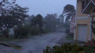 Les vents violents frappent Ocean Hill Boulevard à Freeport, alors que l'ouragan Dorian survole l'île de Grand Bahama, aux Bahamas, le 2 septembre 2019. Image extraite d'une vidéo prise par les médias sociaux.