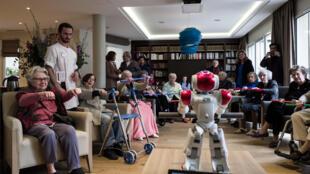 法国老人院用机器人来娱乐退休老人