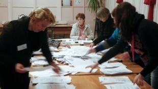 Membros da comissão eleitoral participam da apuração em Donetsk.