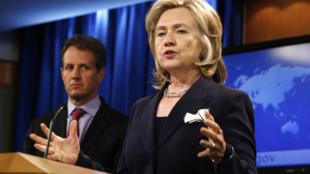 La secrétaire d'Etat américaine, Hillary Clinton (d) et le secrétaire d'Etat américaon au Trésor, Timothy Geithner (g), à Washington, le 29 septembre 2010.