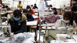 Xưởng may khẩu trang bảo hộ tại Tổng công ty May 10, Long Biên, Hà Nội, Việt Nam (Ảnh chụp ngày 05/02/2020)
