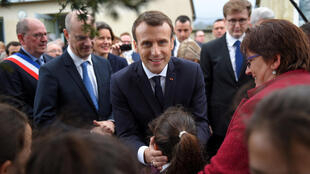 French President Emmanuel Macron visits the primary school of Rilly-sur-Vienne in central France on 15 March 2018.