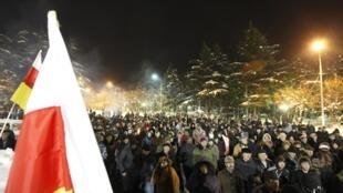 Сторонники Аллы Джиоевой на центральной площади Цхинвали ночью