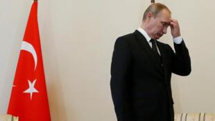 Владимир Путин перед встречей с Реджепом Тайипом Эрдоганом, Санкт-Петербург, 9 августа 2016 г.