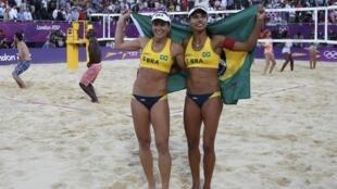A dupla brasileira Larissa e Juliana comemora a vitória sobre as chinesas Xue Chen e Zhang Xi nesta quarta-feira nos Jogos Olímpicos de Londres.
