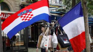 Cờ của Croatia và Pháp được bán tại các kiosk báo ở Paris trước trận chung kết Cúp Vô địch Bóng đá Thế giới 2018 tại Nga.