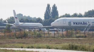 Nga và Ukraina trao đổi tù nhân : Máy bay Nga (trái) chở 35 tù nhân Ukraina đáp xuống phi trường Borispil -ngoại ô Kiev, ngày 07/09/2019.