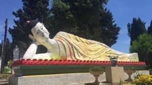 Tượng Đức Phật nhập niết bàn, dài hơn 9 mét, tại chùa Hồng Hiên, Fréjus, Pháp.