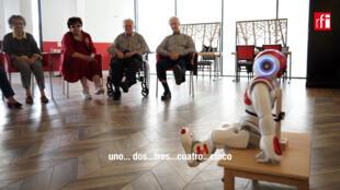 El robot NOA y los ancianos residentes en el Hogar Laserre de Issy-les-Moulineaux