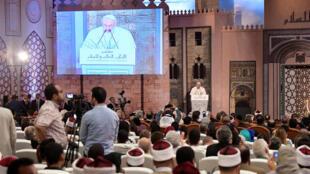 Le pape François, pendant son discours à la mosquée d'al-Azhar (Egypte), le premier centre d'enseignement théologique sunnite, le vendredi 28 avril 2017.