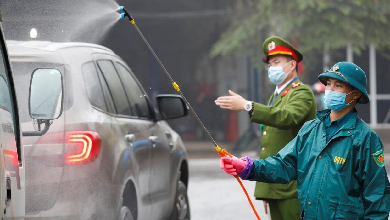Phun thuốc khử trừ virus cho xe hơi trên đường phố ở tỉnh Thái Nguyên, Việt Nam, ngày 07/02/2020