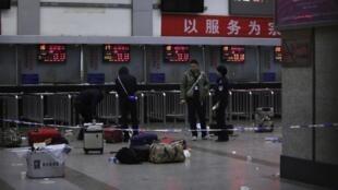 Место массовой бойни на вокзале города Куньмин, юго-запад Китая, 2 марта 2014.
