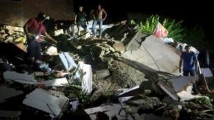 O cenário de destruição na cidade de Manta depois do sismo que abalou ontem o Equador.