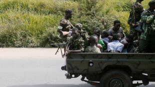 (Photo d'archive) Un véhicule militaire transportant des hommes menottés à Bujumbura, le 11 décembre 2015.