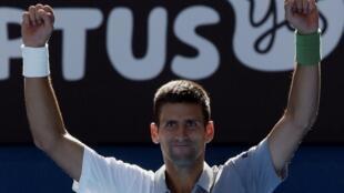 Novak Djokovic comemora vitória contra italiano Fabio Fognini neste domingo, 19 de janeiro de 2014, em Melbourne.