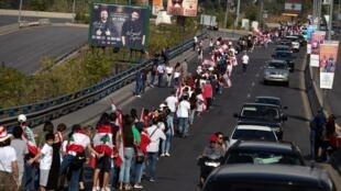 La contestation se poursuit ce dimanche 27 octobre au Liban avec une chaîne humaine le long de la côte du pays.