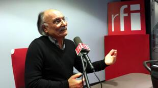 حسین دولتآبادی در استودیو رادیو بینالمللی فرانسه