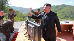 Foto suministrada por la agencia oficial KCNA del líder norcoreano Kim Jong-un, 4 de julio de 2017.