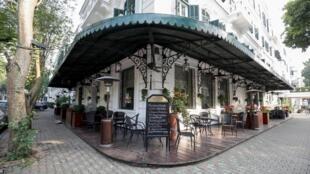 Quán cà phê ở khách sạn Legend Metropole ở Hà Nội vắng khách vì dịch virus corona, ngày 09/03/2020.