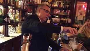 Yves Esposito, chef barman à la Closerie des Lilas à Paris, en pleine action.