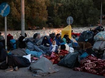 REUTERS/Alkis Konstantinidis |Déjà démunis de tout, les milliers de migrants du camp de Moria à Lesbos sont désormais sans-abris, et dorment à même le bitume.