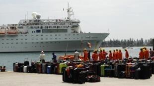 Costa Allegra chega ao porto de Seychelles, nesta quinta-feira.