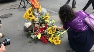 В центре Киева, на перекрестке улиц Ивана Франко и Богдана Хмельницкого, где был убит Павел Шеремет, собрались его друзья, коллеги и гражданские активисты