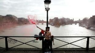 A Ponte das Artes virou palco para ato das militantes do grupo Femen.